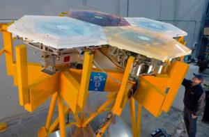 """Le miroir principal du E-ELT doit compter, en tout, 798 miroirs hexagonaux de 1.4 mètre de diamètre. Les premiers tests sont menés par les opticiens - ici sur quatre segments - avant la signature prochaine du """"contrat astronomique du siècle"""". Photo ESO."""