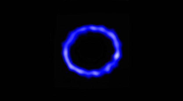 Le disque de gaz et de poussières qui entoure l'étoile HD 181327, vu dans le domaine des ondes submillimétriques par le réseau Alma. La partie la plus dense du disque, qui dessine l'anneau visible sur cette image, se trouve à environ 12 milliards de kilomètres de l'étoile, invisible sur cette image. Photo ESO/NRAO/NRJAO.