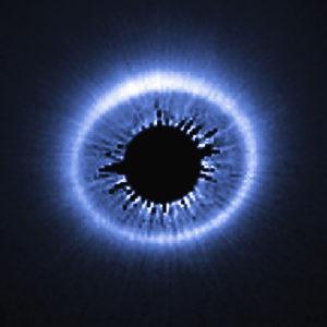 Le disque de gaz et de poussières de la jeune étoile HD 181327 vu par le télescope spatial en lumière visible. Au centre de l'image, le masque focal du télescope cache l'éblouissante étoile. Photo Nasa/ESA/STSCI.