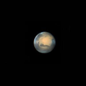 La planète rouge, vue en région parisienne avec un télescope de 260 mm de diamètre. Les meilleurs astronomes amateurs réalisent désormais des images planétaires d'une qualité stupéfiante, comparable à celle des télescopes géants professionnels dans les années 1980, grâce à de nouvelles techniques de prise de vues. Ici, Mars est filmée à grande vitesse par une caméra spécialisée. Puis un logiciel sélectionne automatiquement les meilleures images du film et les composite. Cette technique permet de corriger les effets de la turbulence atmosphérique. Photo Gérard Thérin.