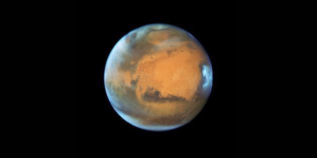Le télescope spatial, équipé d'un miroir de 2,4 mètres de diamètre, a été orienté vers la planète Mars le 12 mai. Des nuages voilent par endroits le grand désert martien. Photo Nasa/ESA/STSCI.