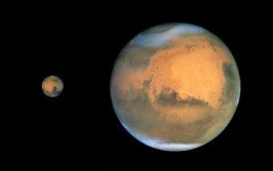 La distance entre la Terre et Mars varie de 55 millions de kilomètres, lors des oppositions les plus favorables, à un peu plus de 400 millions de kilomètres, lorsque les deux planètes sont en conjonction, de part et d'autre du Soleil. Vue depuis la Terre, la planète rouge présente donc un diamètre apparent qui varie de façon spectaculaire au fil des mois. Photos Nasa/ESA/STSCI.