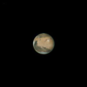 La planète Mars photographiée le 16 mai, avec un télescope d'amateur de 250 mm de diamètre. Les principales formations martiennes apparaissent sur cette image remarquable de netteté, ainsi que des voiles de brouillard, au limbe de la planète, où se lève le Soleil. Photo Stéphane Gonzales.