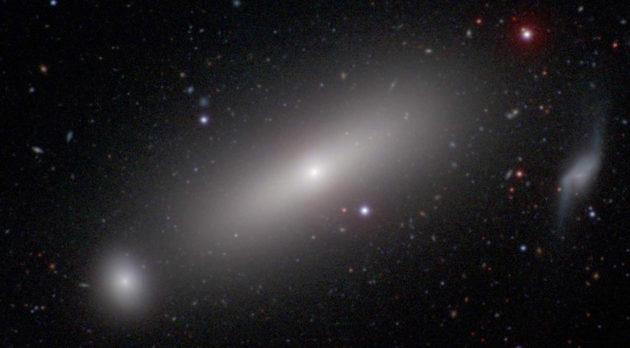 Au cœur de la galaxie elliptique géante NGC 1332 se cache un trou noir géant, cent cinquante fois plus massif que celui qui trône au centre de notre propre galaxie, la Voie lactée. Photo Carnegie-Irvine Galaxy Survey.