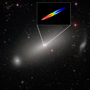 Observant à 1,3 millimètre de longueur d'onde et avec la même précision que le télescope spatial Hubble, l'interféromètre Alma a mesuré la vitesse du gaz au centre de la galaxie NGC 1332. En rouge, le gaz s'éloigne de nous, en bleu, il s'approche. La vitesse du gaz atteint 500 kilomètres par seconde, à 80 années-lumière du centre de la galaxie! Photo ESO/NRAO/NAOJ.