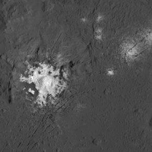 A 385 kilomètres d'altitude, la sonde Dawn a photographié en détail le mystérieux cratère Occator et ses spots blancs. Il s'agit de dépôts de sels dus à des résurgences d'eau salée à la surface de la planète naine... Photo Nasa.