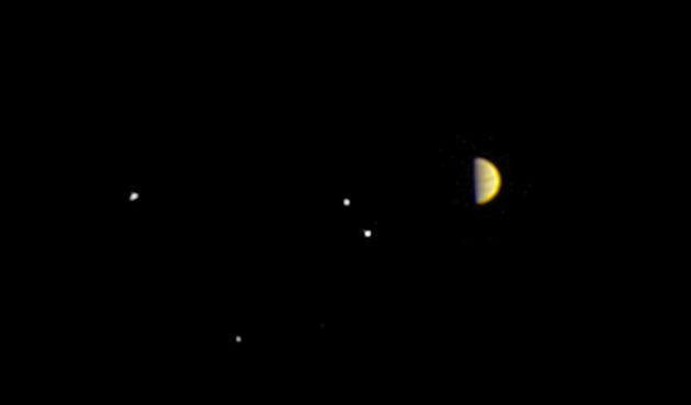 C'est la toute première image du système de Jupiter prise le 21 juin par la sonde américaine Juno. La sonde se trouvait à 10 millions de kilomètres de la planète géante. Les quatre grands satellites de Jupiter, Ganymède, Callisto, Io et Europe, de gauche à droite, sont visibles sous un angle inédit et spectaculaire : la sonde va adopter une orbite polaire autour de Jupiter. Photo Nasa.
