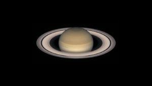 La planète Saturne, vue ici par le télescope spatial Hubble, s'approche au plus près de la Terre au début de ce mois de juin 2016. Son globe et ses anneaux sont perceptibles dans une petite longue vue, et les détails de son globe nuageux et de ses anneaux sont visibles dans des lunettes et télescopes d'amateur de 100 à 300 mm de diamètre. Photo Nasa/ESA/STSCI.