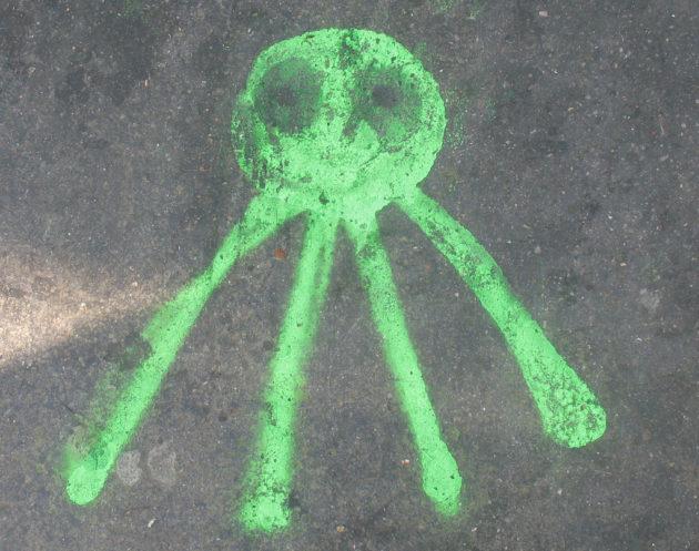En attendant de tomber effectivement sur un petit bonhomme vert, les scientifiques affinent les outils théoriques pour détecter la vie extraterrestre (Ph. Adrian Wallett via Flickr CC BY 2.0).