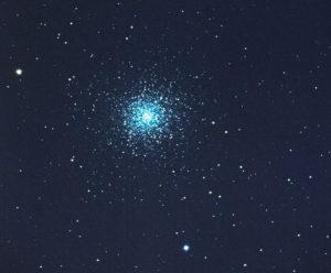 Le Grand amas d'Hercule compte plus de cinq cent mille étoiles, et brille à 22 000 années-lumière de la Terre, aux confins de la Voie lactée. Photo prise en juillet 2016 dans le Limousin, avec un télescope de 150 mm de diamètre et un boîtier Nikon D 4. La photographie résulte de la fusion avec le logiciel DeepSkyStacker de 500 images, posées chacune 5 secondes à 51200 ISO. Photo S.Brunier.