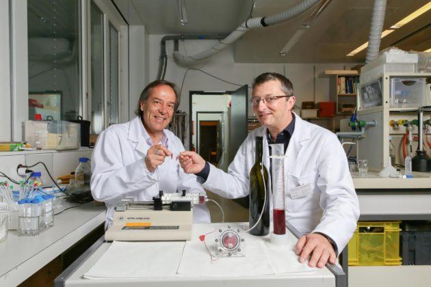 """Les chercheurs """"micro""""-trinquent avec leur vin fabriqué sur une puce (EPFL 2016)."""