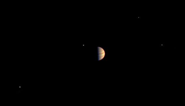 Jupiter et ses quatre grands satellites, de gauche à droite Ganymède, Io, Callisto et Europa, vus par Juno le 29 juin, à une distance de 5,3 millions de kilomètres. Durant sa mission, la sonde américaine s'approchera toutes les deux semaines mille fois plus près... Photo JPL/Nasa.