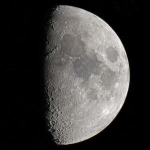 La Lune, photographiée en banlieue parisienne en mai 2016. Pour cette image prise avec un télescope de 150 mm de diamètre, le mode vidéo a été utilisé, la vidéo étant ensuite traitée avec le logiciel Autostakkert. Photo S.Brunier.