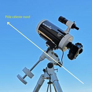 Les montures équatoriales permettent de suivre le mouvement apparent des astres dans le ciel. Pour cela, il faut pointer l'axe de la monture vers le Pôle céleste nord.