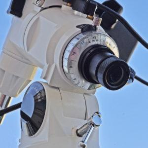Le viseur polaire, qui permet de pointer directement le Pôle céleste nord, est indispensable lorsque l'on débute en astronomie...