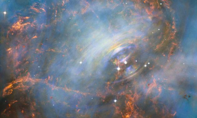 Le télescope spatial Hubble a réalisé une nouvelle image du cœur de la nébuleuse du Crabe, dans la constellation du Taureau. Au centre de la nébuleuse, le vestige de l'étoile supergéante rouge qui a explosé s'éteint lentement, mais cette étoile à neutrons brille encore autant que notre Soleil! Le champ de cette image mesure environ 3,3 années-lumière, les plus fins détails mesurent 1,5 milliard de kilomètres. Photo Nasa/ESA/STSCI.
