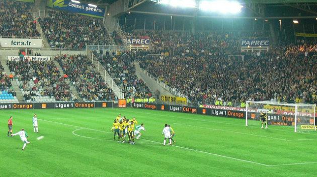 Un coup franc de Saint-Etienne contre Nantes dans un match de football en 2006. - Ph. MCanevet / Flickr / CC BY SA 2.0